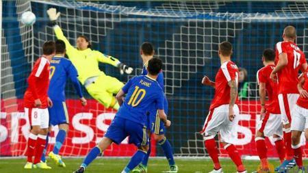 Miralem Pjanic cetak gol kedua Bosnia. - INDOSPORT