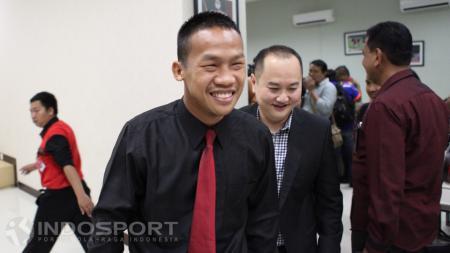 Petinju Indonesia Daud Yordan saat meninggalkan Media Center Kemenpora. - INDOSPORT