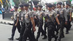 Indosport - Laga Arema FC melawan Persib Bandung dijaga ketat aparat kepolisian.