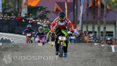 Indosport - Atlet BMX Indonesia, Elga Kharisma saat mengikuti kejuaraan BMX di Banyuwangi.