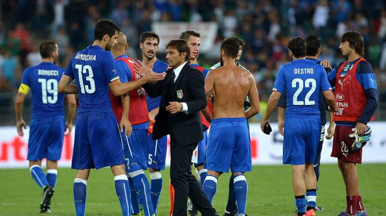 Conte jabat tangan anak asuhnya di timnas Italia Andrea Ranocchia usai bertarung di laga persahabatan antara Italia lawan Belanda September 2014. Copyright: INTERNET