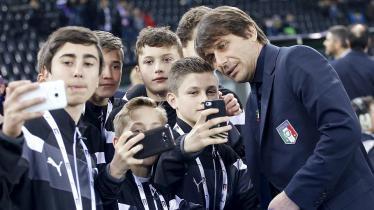 Conte berpose selfie menjelang laga persahabatan kontra Spanyol akhir bulan lalu. Saat itu Kedua tim bermain imbang 1-1. - INDOSPORT