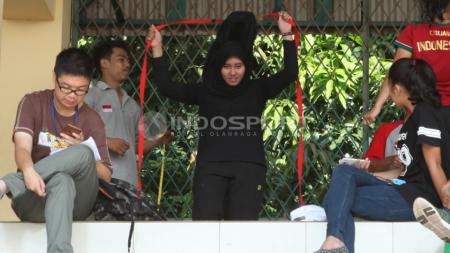 Atlet Squash putri Maudy Wafa Nadiyah (tengah) saat menjalani tes fisik. - INDOSPORT
