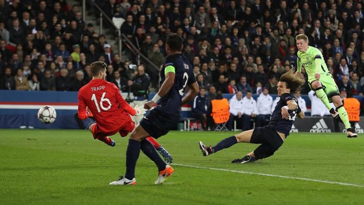 Tendangan Kevin De Bruyne mampu melewati dua pemain PSG David Luiz dan kiper Kevin Trapp. Copyright: INTERNET