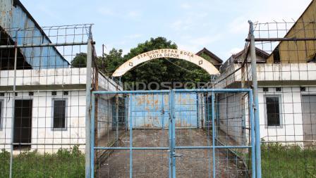 Tampak depan gerbang utama Stadion Merpati sebelum direnovasi pada 2016. Penuh karat dan terlihat tidak terawat