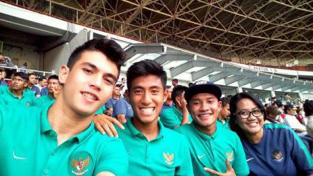 Mantan kiper Timnas Indonesia U-19, Nadeo Argawinata  (Kiri) - INDOSPORT