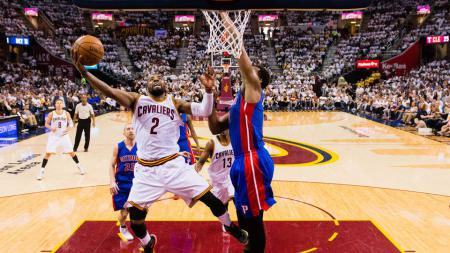 Kyrie Irving (no 2) tampil gemilang saat Cleveland Cavaliers mengalahkan Detroit Pistons. - INDOSPORT