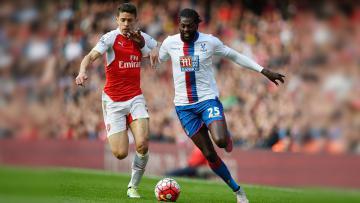 Penyerang Crystal Palace, Emmanuel Adebayor (kanan) berlari kencang untuk mengambil bola dari Gabriel Paulista pada pertandingan Premier League antara Arsenal dan Crystal Palace di stadion Emirates%2