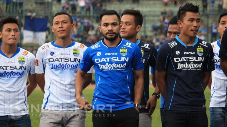 Zulham Malik Zamrun (tengah) memakai kostum Persib Bandung warna biru. Copyright: Ginanjar/INDOSPORT