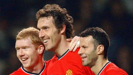 Paul Scholes (kiri), Laurent Blanc (tengah), dan Ryan Giggs, 3 mantan pemain Manchester United. - INDOSPORT