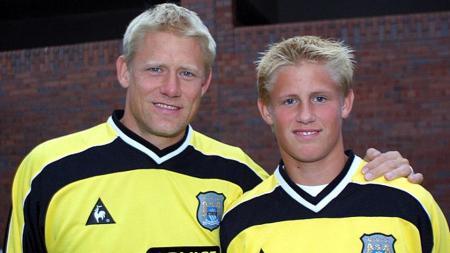 Peter Schmeichel dan Kasper Schmeichel. - INDOSPORT