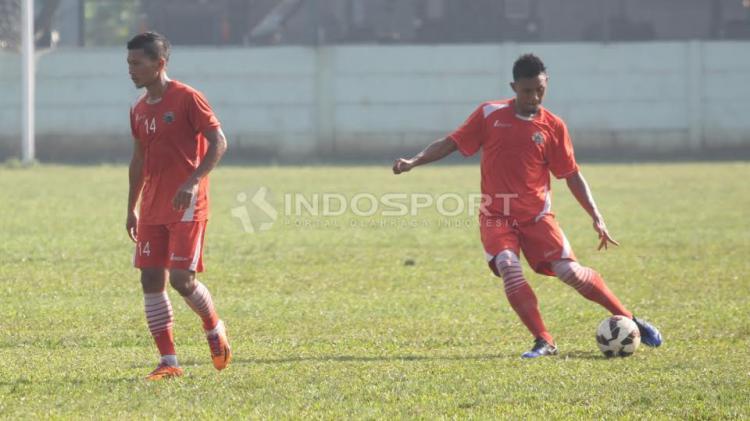 Pemain belakang Persija Jakarta, Maman Abdurahman (kanan) melakukan tendangan umpan lambung dalam latihan. Copyright: Herry Ibrahim/Indosport