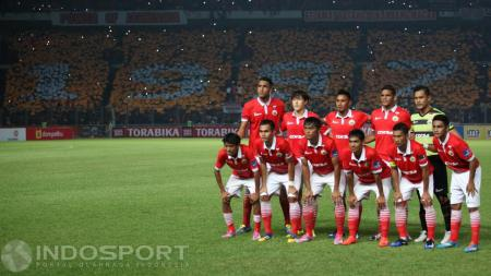 Skuat Persija Jakarta dengan latar belakang koreografi. - INDOSPORT