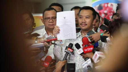 Menteri Pemuda dan Olahraga (Menpora), Imam Nahrowi menunjukan surat pencabutan pembekuan terhadap PSSI di Kantor Kemenpora, Rabu (11/05/16). - INDOSPORT