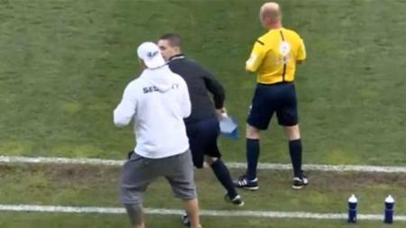 Marek Pilny seorang wasit yang mabuk di tengah pertandingan. - INDOSPORT