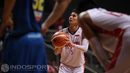Pebasket Garuda Bandung, Daniel Wenas (tengah) saat mencetak poin untuk timnya. - INDOSPORT