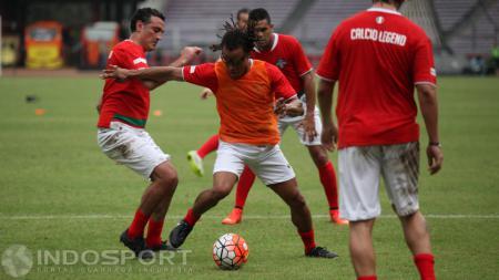 Para pemain Calcio Legend menjajal Stadion Utama Gelora Bung Karno. - INDOSPORT