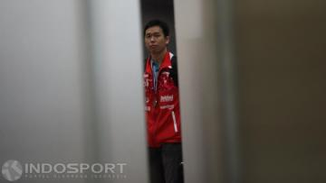 Kapten tim Thomas Cup 2016, Hendra Setiawan sesaat keluar dari terminal bandara.