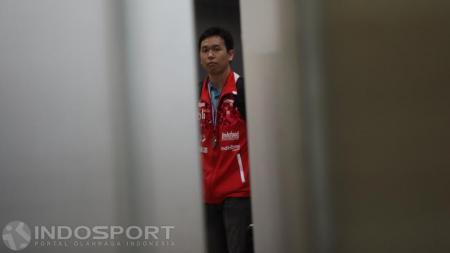 Kapten tim Thomas Cup 2016, Hendra Setiawan sesaat keluar dari terminal bandara. - INDOSPORT