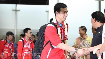 Kapten tim Thomas Cup 2016, Hendra Setiawan saat disambut pengurus PBSI. - INDOSPORT