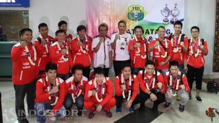Tim Piala Thomas 2016 berfoto bersama di terminal 2E bandara Soekarno-Hatta, Senin (23/05/16). Meski gagal juara, mereka tetap mendapat sambutan hangat.