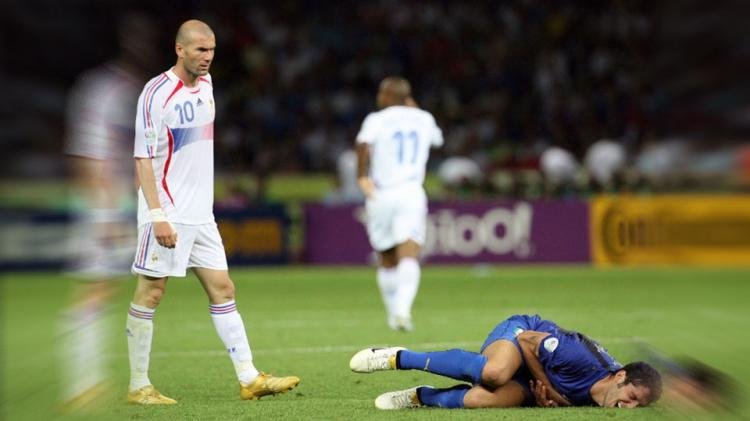 Mantan pemain tim nasional Prancis, Zinedine Zidane dan Marco Materazzi. Copyright: INTERNET