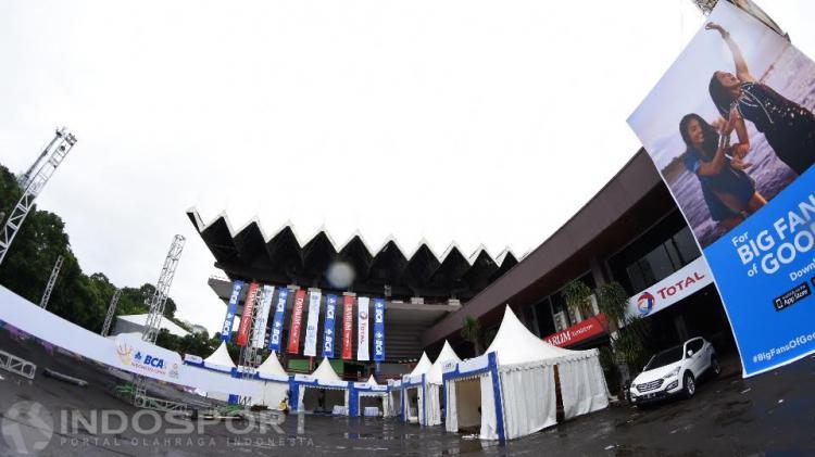 Kondisi di area luar Istora Senayan. Copyright: Herry Ibrahim/Indosport