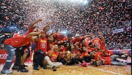 CLS Knigths Surabaya merayakan keberhasilan mereka meraih gelar juara IBL 2016, Minggu (29/05/16).
