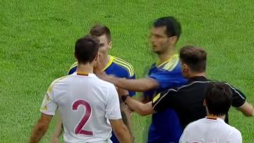 Emir Spahic mendapat kartu merah usai tampar dua pemain Spanyol.
