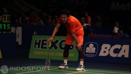 Aksi Mohammad Ahsan di ajang Indonesia Open 2016 melawan tunggal China, Lin Dan. - INDOSPORT