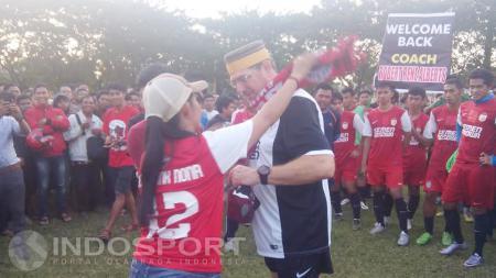 Suporter mengkalungkan syal di leher pelatih baru PSM Makasaar, Robert Rene Alberts pada Kamis, (02/06/2016). - INDOSPORT