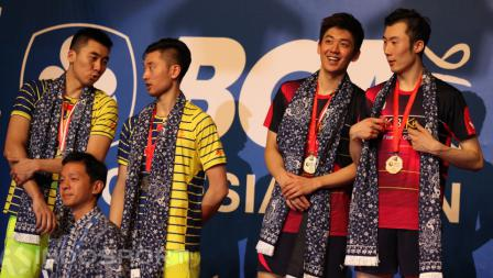 Ganda putra Korea, Lee Yong-dae/Yoo Yeon-seong (kanan) saat meraih gelar juara Indonesia Open 2016.
