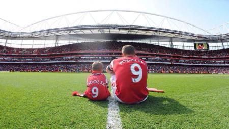 Lukas Podolski bersama sang anak saat masih berseragam Arsenal. - INDOSPORT