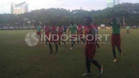 PSM Makassar menjalani latihan pada malam hari selama bulan Ramadhan. - INDOSPORT