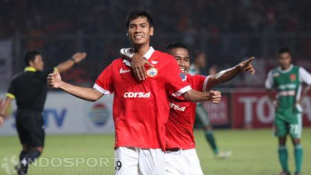 Selebrasi Pemain Persija Jakarta, Ade Jantra Lukmana (tengah) usai mencetak gol ke gawang PS TNI. - INDOSPORT