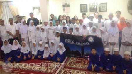 Sesi foto bersama keluarga besar mb k201 ci bersama anak-anak yatim piatu. - INDOSPORT