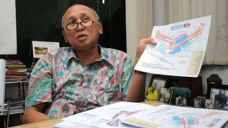 Tinton Soeprapto menunjukan gambar desain Sirkuit Sentul. - INDOSPORT