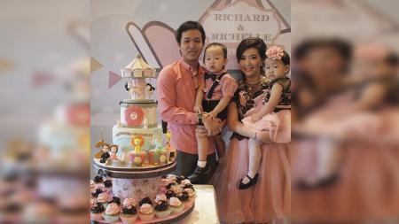 Pebulutangkis Hendra Setiawan bersama istri Sandra Arief dan kedua anak kembarnya. - INDOSPORT