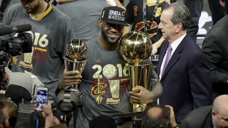 LeBron James membawa trofi MVP final NBA. - INDOSPORT