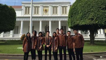 Kontingen Indonesia untuk Olimpiade 2016 saat berfoto bersama di Istana Negara.