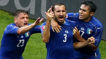 Giorgio Chiellini (tengah) saat membela skuat Italia.