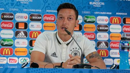Gelandang tim nasional Jerman, Mesut Ozil dalam sebuah jumpa pers. - INDOSPORT