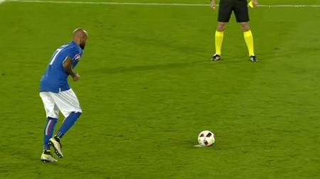 Gaya unik Penyerang Italia, Simone Zaza, saat tendangan penalti di Matmut Atlantique, Perancis, Minggu (03/07/16). - INDOSPORT