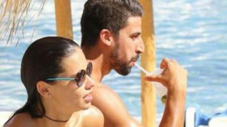 Sami Khedira dan Adriana Lima tengah berlibur bersama di sebuah pantai di Yunani. - INDOSPORT