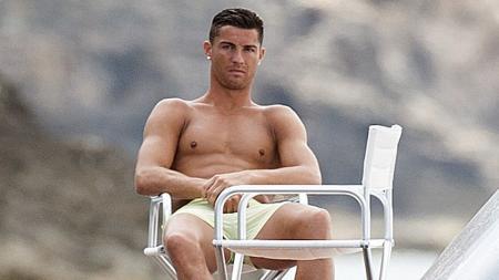 Cristiano Ronaldo sedang berlibur usai tampil di Euro. - INDOSPORT