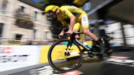 Chris Froome dengan jersey kuning sedang melaju di Tour de France - INDOSPORT