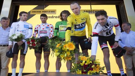 Chris Froomer (ketiga dari kanan) bersama rekan pembalap sepeda menaruh karangan bunga untuk korban Nice - INDOSPORT