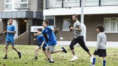 Indosport - Salah satu scene iklan liga Primer Inggris yang dibintangi David Beckham.