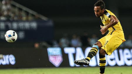 Aksi Pierre-Emerick Aubameyang saat menendang bola. - INDOSPORT