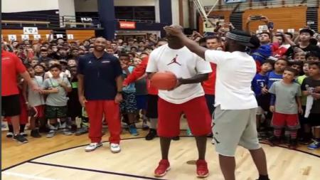 Michael Jordan sedang berduel dengan bintang Los Angeles Clippers, Chris Paul. - INDOSPORT